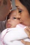 Jeune famille de métis avec le bébé nouveau-né Photo libre de droits