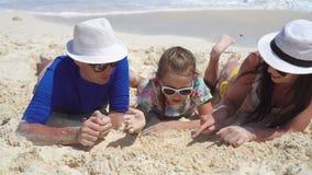 Jeune famille des vacances de plage banque de vidéos