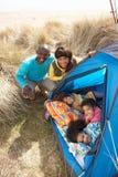 Jeune famille détendant à l'intérieur de la tente en vacances Photos libres de droits