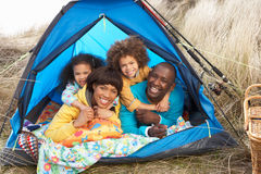 Jeune famille détendant à l'intérieur de la tente en vacances Photographie stock libre de droits