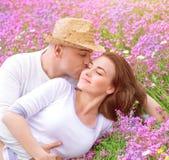 Jeune famille embrassant dans le jardin Image libre de droits