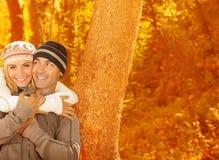 Jeune famille en bois d'automne Image stock