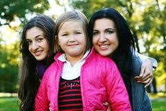 Jeune famille en stationnement d'automne image libre de droits