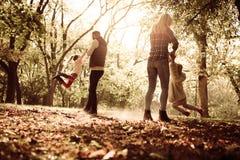 Jeune famille ensemble en parc images libres de droits