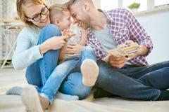 Jeune famille espiègle photographie stock libre de droits