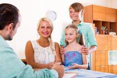 Jeune famille et l'agent Images stock