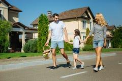 Jeune famille gaie allant sur un pique-nique Image libre de droits