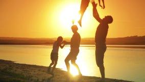 Jeune famille heureuse à courir et jouer sur la plage à banque de vidéos