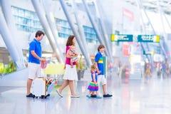 Jeune famille heureuse à l'aéroport Photo stock