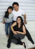 Jeune famille heureuse photo stock