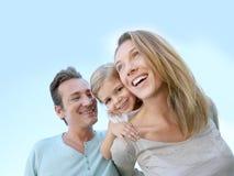 Jeune famille heureuse appréciant leur temps gratuit Photo stock