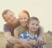 Jeune famille heureuse avec le bébé dehors Photographie stock