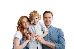 Jeune famille heureuse avec un enfant se tenant ensemble Images libres de droits