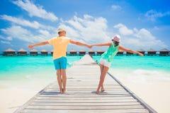 Jeune famille heureuse ayant l'amusement sur la plage tropicale photo libre de droits