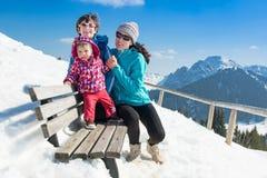 Jeune famille heureuse dans des vacances d'hiver photographie stock libre de droits