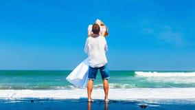 Jeune famille heureuse des vacances de plage de lune de miel image libre de droits