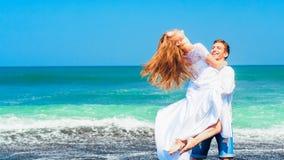 Jeune famille heureuse des vacances de plage de lune de miel image stock