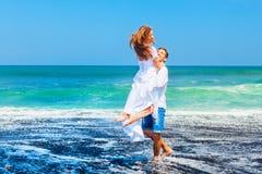 Jeune famille heureuse des vacances de plage de lune de miel photo libre de droits