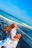 Jeune famille heureuse des vacances de plage de lune de miel photographie stock libre de droits