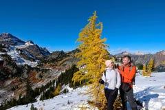 Jeune famille heureuse des vacances voyageant dans le bâti Rainier National Park Images libres de droits