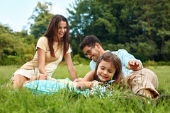 Jeune famille heureuse en stationnement Parents et enfants ayant l'amusement, jouant Photos libres de droits