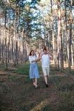 Jeune famille heureuse marchant dans la forêt images libres de droits