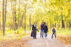 Jeune famille heureuse passant le temps ensemble dehors en nature d'automne Photo libre de droits