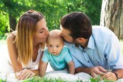 Jeune famille heureuse passant le temps extérieur sur un daycouple d'été Photo libre de droits