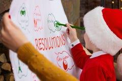 Jeune famille heureuse pendant des vacances de Joyeux Noël et de bonne année images stock