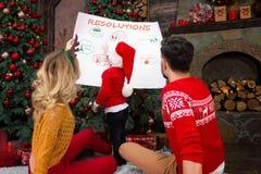Jeune famille heureuse pendant des vacances de Joyeux Noël et de bonne année photos libres de droits