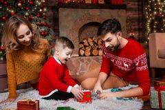 Jeune famille heureuse pendant des vacances de Joyeux Noël et de bonne année photos stock