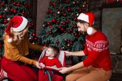 Jeune famille heureuse pendant des vacances de Joyeux Noël et de bonne année image stock