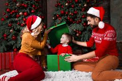 Jeune famille heureuse pendant des vacances de Joyeux Noël et de bonne année photo libre de droits