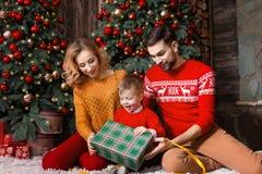 Jeune famille heureuse pendant des vacances de Joyeux Noël et de bonne année photo stock