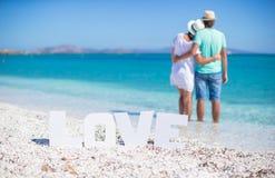 Jeune famille heureuse sur la plage pendant l'été Photo libre de droits