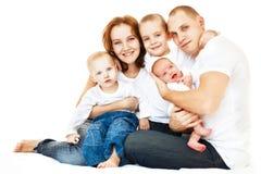 Jeune famille heureux au-dessus de blanc Images stock