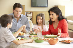 Jeune famille hispanique appréciant le repas à la maison photo libre de droits
