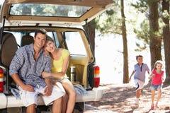 Jeune famille le jour à l'extérieur dans le pays Photos stock