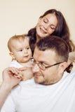 Jeune famille moderne heureuse souriant ensemble à la maison concept de personnes de mode de vie, père tenant le fils de bébé Photo stock