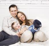 Jeune famille moderne heureuse souriant ensemble à la maison concept de personnes de mode de vie, père tenant le fils de bébé Photo libre de droits