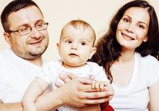 Jeune famille moderne heureuse souriant ensemble à la maison vrai concept de personnes de mode de vie, père tenant le fils de béb Image libre de droits