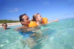 Jeune famille nageant ensemble en mer Photo libre de droits