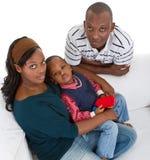 Jeune famille noire à la maison Image libre de droits
