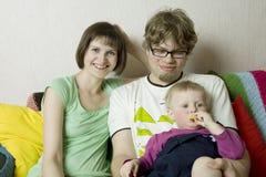 Jeune famille parfaite heureuse avec le papa, la maman et le fils Photographie stock libre de droits