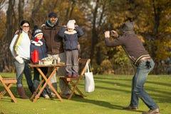 Jeune famille passant le temps sur un pique-nique avec des amis Photo stock