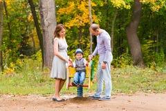 Jeune famille pour une promenade en parc d'automne avec Image stock