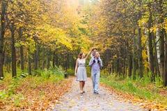 Jeune famille pour une promenade en parc d'automne avec Photos libres de droits