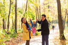 Jeune famille pour une promenade en parc d'automne avec Photos stock