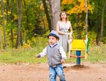 Jeune famille pour une promenade en parc d'automne avec Image libre de droits