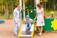 Jeune famille pour une promenade en parc d'automne avec Images libres de droits